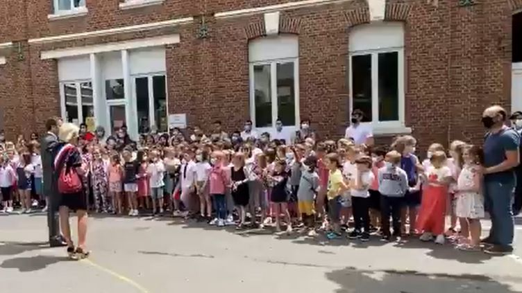 """""""Ça va la claque?"""", demande un écolier à Emmanuel Macron en visite dans une école de Picardie, le 17 juin 2021. (CAPTURE ECRAN / FRANCE BLEU PICARDIE)"""