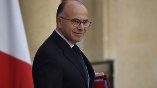 Le ministre de l'Intérieur, Bernard Cazeneuve, quitte l'Elysée à Paris après un conseil de défense le 5 novembre 2015. (LIONEL BONAVENTURE / AFP)