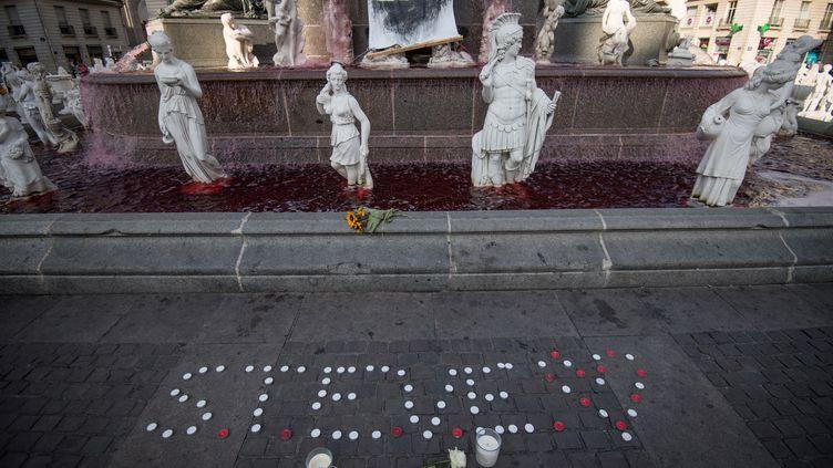 Le prénom Steve écrit avec des bougies, au pied de la fontaine de la Place Royale à Nantes, le 30 juillet 2019. (LOIC VENANCE / AFP)