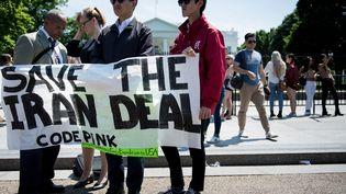 Des manifestants protestent devant la Maison Blanche, à Washington (Etats-Unis), après l'annonce du retrait américain de l'accord sur le nucléaire iranien, le 8 mai 2018. (BRENDAN SMIALOWSKI / AFP)
