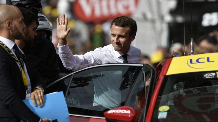 Emmanuel Macron à l'arrivée de 17e étape du Tour de France, entre La Mure et Serre-Chevalier, le 19 juillet 2017.  (PHILIPPE LOPEZ / AFP)