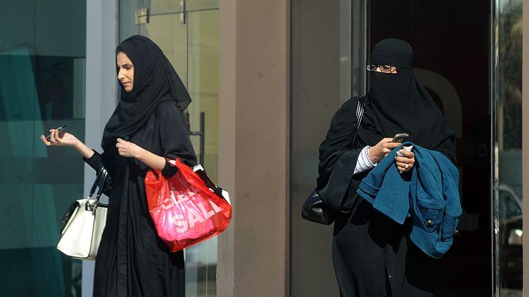 Des femmes saoudiennes font du shopping à Riyad (Arabie saoudite), le 12 janvier 2013. (FAYEZ NURELDINE / AFP)