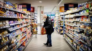 Un homme fait ses courses au supermarché, le 1er décembre 2020. (photo d'illustration) (KOEN VAN WEEL / ANP MAG / AFP)