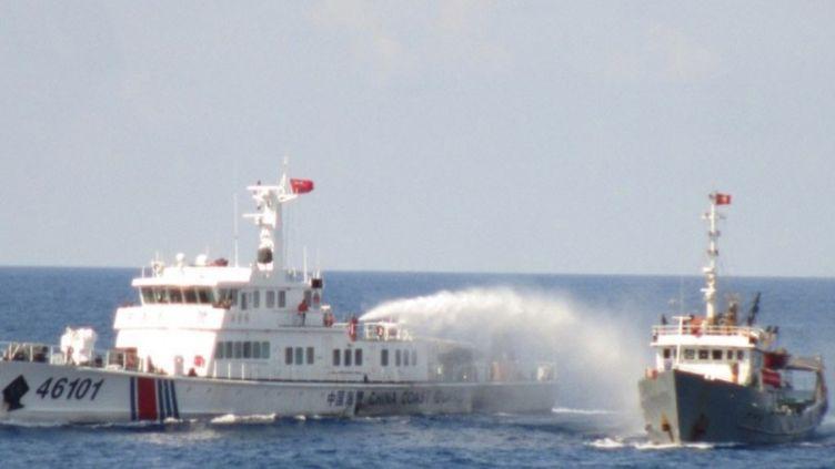 Un navire de garde-côtes chinois (G) utilise un canon à eau contre un bateau vietnamien, en mer de Chine méridionale, le 8 mai 2014, selon des images fournies par les garde-côtes du Vietnam. (EYEPRESS NEWS / AFP)