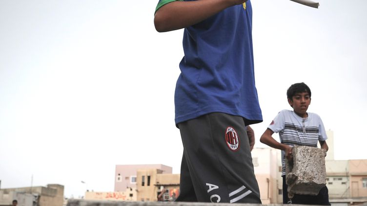 Un enfant avec un masque de Guy Fawkes (également utilisé par les Anonymous) participe à une manifestation contre la tenue du Grand Prix de Bahreïn, le 18 avril 2013 à Diraz, près de la capitale, Manama. (MOHAMMED AL-SHAIKH / AFP)