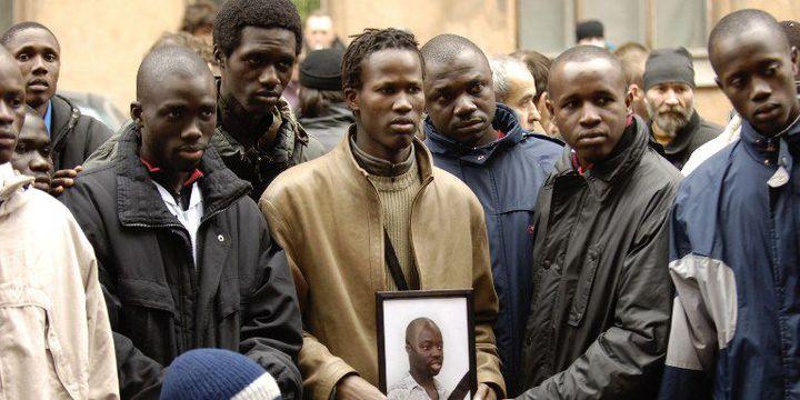En 2006 déjà, la violence frappe la communauté africaine de Saint-Pétersbourg. Ici des étudiants sont rassemblés sur le site du meurtre d'un jeune Sénégalais, abattu en pleine rue par des inconnus. (Photo AFP/Sergey Kompanichenko)