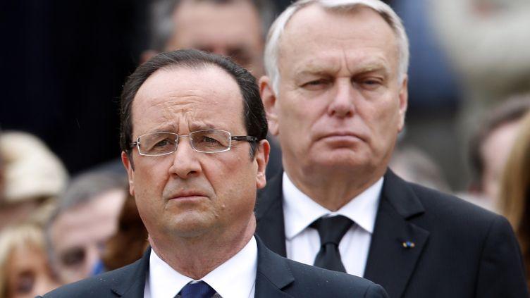 Le président de la République, François Hollande, et le Premier ministre, Jean-Marc Ayrault, pendant l'hommage à l'ancien Premier ministre Pierre Mauroy, aux Invalides, à Paris, le 11 juin 2013. (CHARLES PLATIAU / AFP )