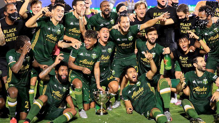 """Les Timbers de Portland célèbrent leur victoire face à Orlando City (2-1) dans le dernier match du tournoi """"MLS Is Back"""" au complexe ESPN Wide World of Sports le 11 août 2020, en Floride.  (SAM GREENWOOD / GETTY IMAGES NORTH AMERICA)"""