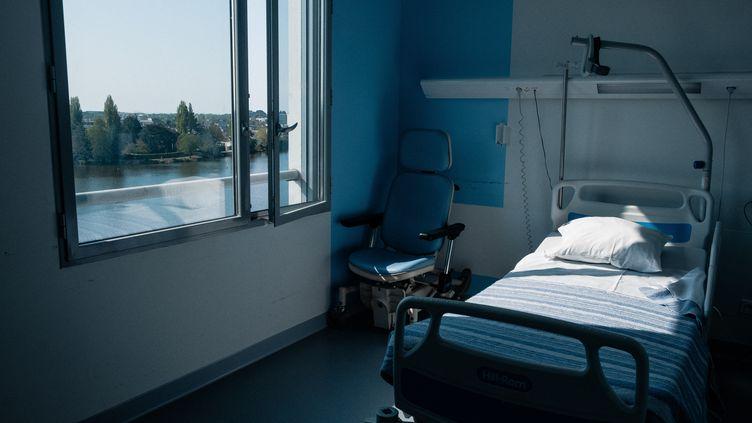 Un lit d'hôpital vide au Centre hospitalier Bretagne-Atlantique, à Vannes (Morbihan), le 21 avril 2021. (VALENTINO BELLONI / HANS LUCAS / AFP)