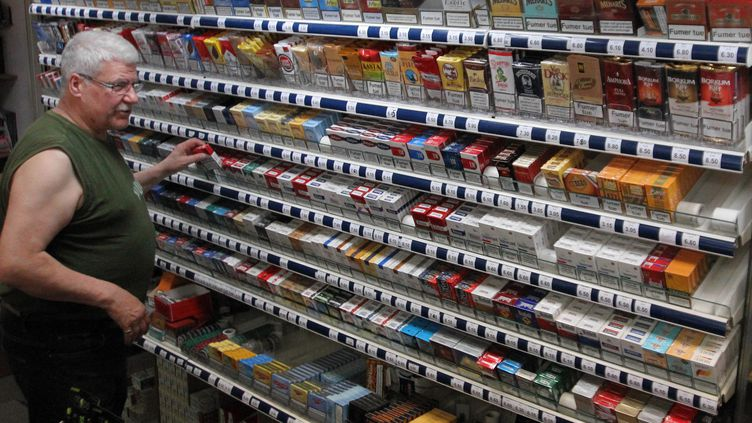 Le président de la confédération des buralistes estime que la baisse des ventes de cigarettes atteint 7,6% pour 2013. ( MAXPPP)