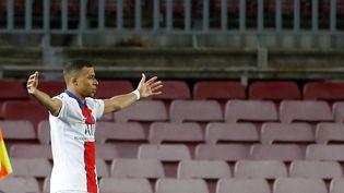 Kylian Mbappe après avoir marqué lors du match aller des 8es de finale de la Ligue des champions entre le PSG et le FC Barcelone, au Camp Nou le 16 février 2021. (ALBERTO ESTEVEZ / EFE / MAXPPP)