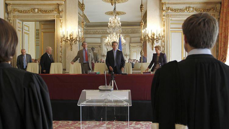Le président du Conseil constitutionnel, Jean-Louis Debré (au centre de la table), s'apprête à ouvrir une audience publique, le 20 juillet 2010 à Paris. (FRANCOIS GUILLOT / AFP)