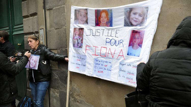 Banderole réclamant justice pour la petite Fiona lors de l'ouverture du procèsde sa mère etde son ex-compagnon, àRiom (Puy-de-Dôme), le 14 novembre 2016. (MAXPPP)