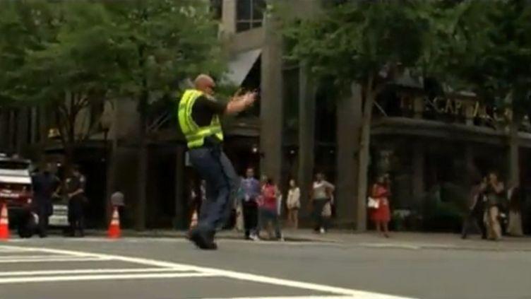 Un policier régule le trafic en dansant à Charlotte (Etats-Unis), le 5 septembre 2012, pendant la convention démocrate. (FTVI / APTN)