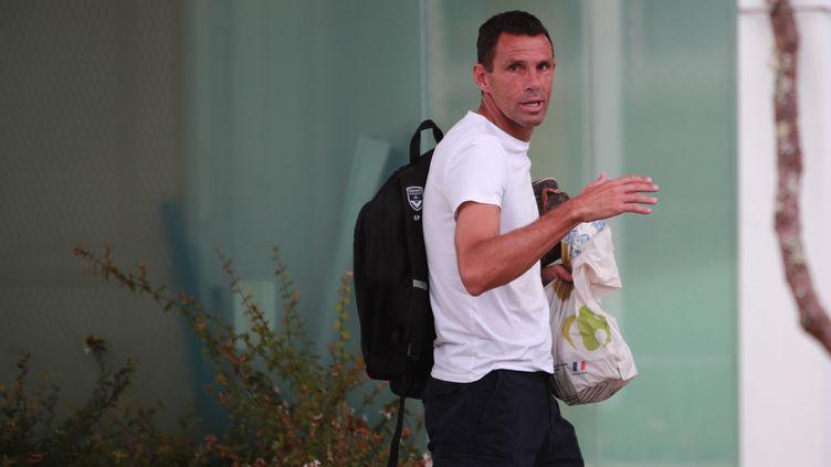 L'entraîneur Gustavo Poyet quitte le centre d'entraînement des Girondins de Bordeaux, au Haillan (Gironde), vendredi 17 août au matin. (DAVID THIERRY / MAXPPP)