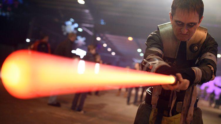 """Un fan déguiséen personnage de """"Star Wars"""", le 4 décembre 2015, à Manchester (Royaume-Uni). (OLI SCARFF / AFP)"""