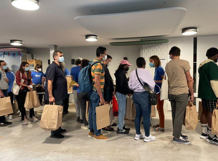 Des étudiants dans le besoin, parfois accompagnés de leurs parents, viennent récupérer des aliments offerts par l'association Linkee. (MANON MELLA / FRANCEINFO)