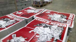 """Des exemplaires du numéro 1 179 de """"Charlie Hebdo"""" à Villabé (Essonne), le 24 février 2015. (KENZO TRIBOUILLARD / AFP)"""