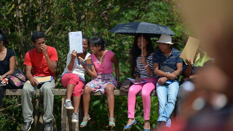 Un groupe d'étudiants malgaches sur le campus de l'université d'Antananarivo, le 18 décembre 2013. Le viol reste un sujet tabou au sein de la société. Un linge sale qu'il faut laver en famille. (ALEXANDER JOE / AFP)