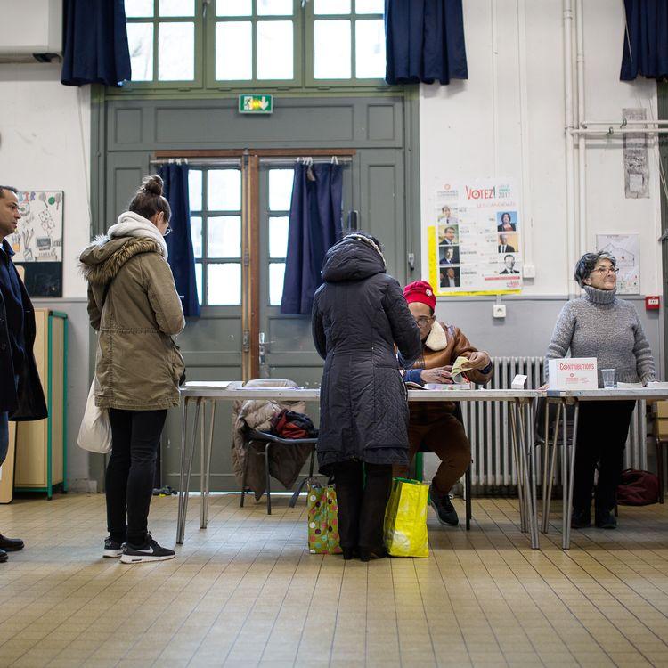 Des électeurs participent au premier tour de la primaire de la gauche, le 22 janvier 2017 à Paris. (ANTHONY MICALLEF / HAYTHAM-REA)