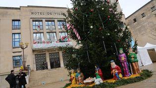 Une crèche de Noël installée sur le parvis de l'hôtel de ville d'Hayange (Moselle), le 18 décembre 2015. (MAXPPP)