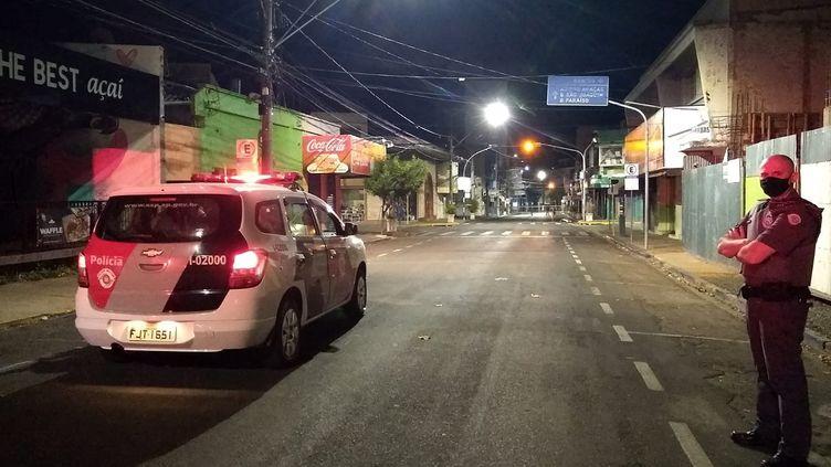 Une voiture de police arrive sur les lieux d'un des braquages, à Aracatuba, à quelque 500 km de Sao Paulo, au Brésil, le 30 août 2021. (LAZARO JR. / HOJEMAIS ARACATUBA)