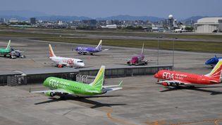 Des avions cloués au sol sur le tarmac de l'aéroport de Nagoya, à Toyoyama (Japon), le 29 avril 2020. (YOICHI HAYASHI / YOMIURI)
