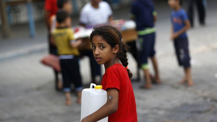 Une petite fille palestinienne dans la ville de Gaza le 18 juillet 2014. (MOHAMMED ABED / AFP)