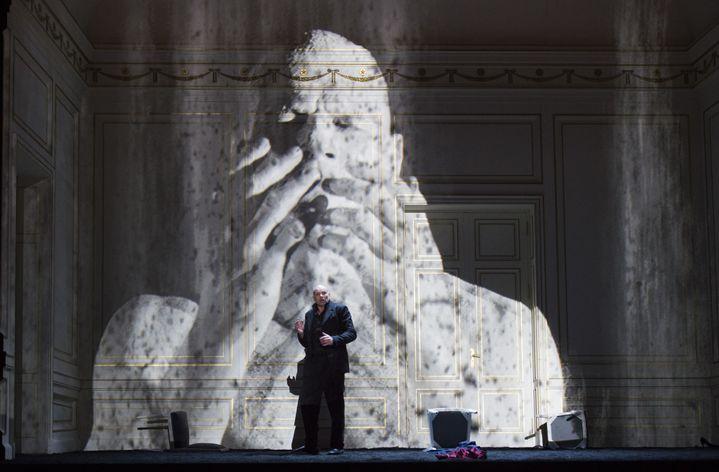 """L'usage de la vidéo est fréquent dans """"Bérénice"""" de Michael Jarrell à Garnier.  (Monika Rittershaus/Opéra national de Paris)"""
