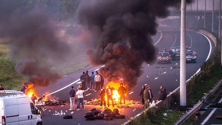 Le blocage de l'autoroute A1 par des gens du voyage, le 29 août 2015, à hauteur de Roye (Somme). (PHILIPPE HUGUEN / AFP)