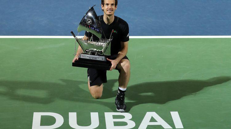 Andy Murray expose fièrement son trophée à Dubaï. (KARIM SAHIB / AFP)