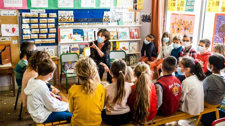 Une classe d'école primaire, dans la commune d'Elne (Pyrénées-Orientales), le 26 avril 2021. (JC MILHET / HANS LUCAS / AFP)