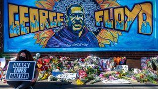 Un mémorial improvisé à la mémoire de George Floyd, à Minneapolis (Etats-Unis), le 29 mai 2020 à Minneapolis, Minnesota. La mort de cet homme noir, étouffé sous le genou d'un policier blanc, avait déclenché une vague de manifestations contre les violences policières et le racisme. (KEREM YUCEL / AFP)