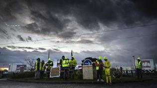 Gilets jaunes sur un rond-point près de Lyon, décembre 2018  (JEAN-PHILIPPE KSIAZEK / AFP)
