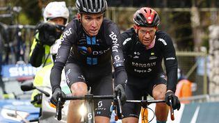 Romain Bardet (Team DSM) devant Damiano Caruso (Bahrain-Victorious) à l'arrivée de la 16e étape du Tour d'Italie 2021, lundi 24 mai. (LUCA BETTINI / AFP)
