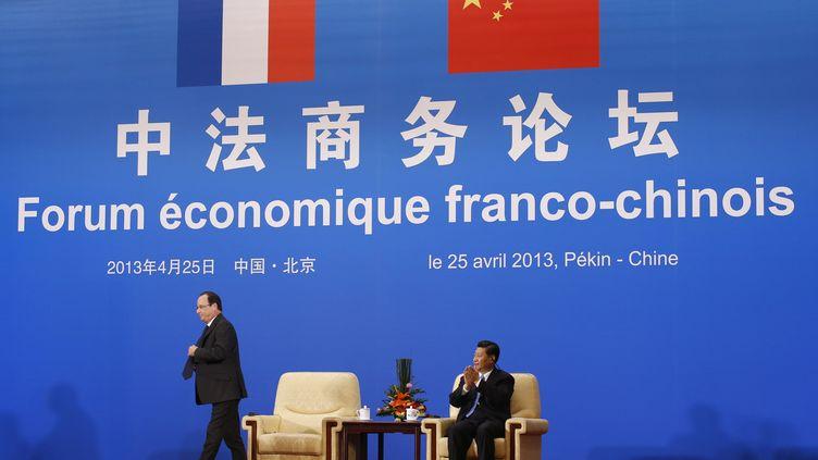 Le président de la République François Hollande et son homologue chinois Xi Jinping, le 25 avril 2013 à Pékin (Chine). (KIM KYUNG HOON / REUTERS)