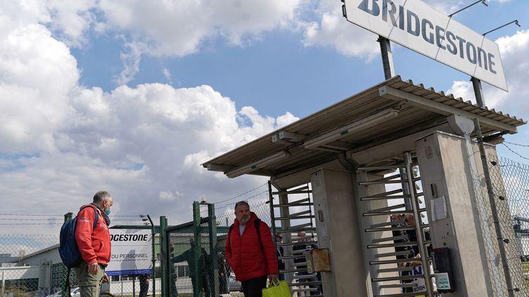 Les salariés de l'usineBridgestone quitte le site pour leur dernier jour de travail avant la fermeture le 30 avril 2021. (SYLVAIN LEFEVRE / HANS LUCAS)