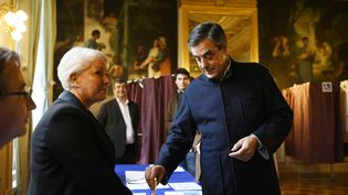 François Fillon a voté, le 27 novembre 2016, dans son bureau de vote parisien, à l'occasion du second tour de la primaire de la droite. (ERIC FEFERBERG / AFP)