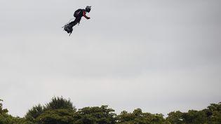 """Franky Zapata sur son""""Flyboard"""" le 14 juillet 2019, sur les Champs-Elysées. (LIONEL BONAVENTURE / AFP)"""