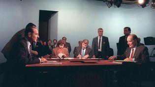 Jacques Chirac et François Mitterrand face à face lors du duel télévisé de l'entre-deux-tours de la présidentielle en 1988. (GEORGES BENDRIHEM / AFP)