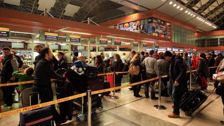 Des passagers à l'aéroportSabiha Gokcen d'Istanbul (Turquie), le 7 février 2014. (MIRA / AFP)