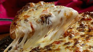 Des scientifiques de l'université d'Auckland (Nouvelle-Zélande) ont étudié différents fromages pour leurs recherches sur la pizza, dont le cheddar, l'emmental... et la mozzarella. (PAUL POPLIS / GETTY IMAGES)