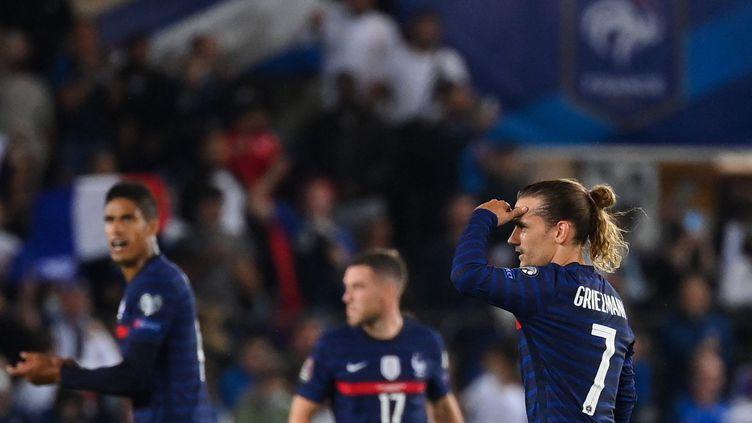 L'horizon semble s'obscurcir pour Antoine Griezmann et les Bleus après le match nul contre la Bosnie, le 1er septembre à Strasbourg. (FRANCK FIFE / AFP)