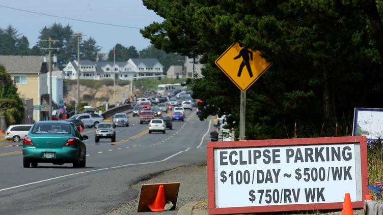 Tout se vend, même des places de parking en prévision de l'éclipse totale de soleil, ici à Depoe Bay, dans l'Oregon (Etats-Unis) le 20 août 2017, veille de l'événement. (MIKE BLAKE / REUTERS)
