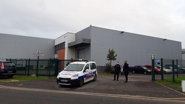 Une voiture de police stationne, le 8 octobre, dans la zone industrielle à Herblay (Val-d'OIse), où deux policiers de la PJ de Cergy-Pontoise ont été agressés la veille au soir alors qu'ils effectuaient une mission de surveillance. (V?RONIQUE BEAUGRAND / MAXPPP)