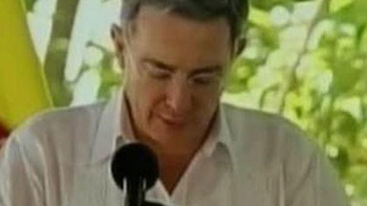 Le président colombien Alvaro Uribe, atteint par la grippe A (H1N1), éternue (29 août 2009) (© F2)