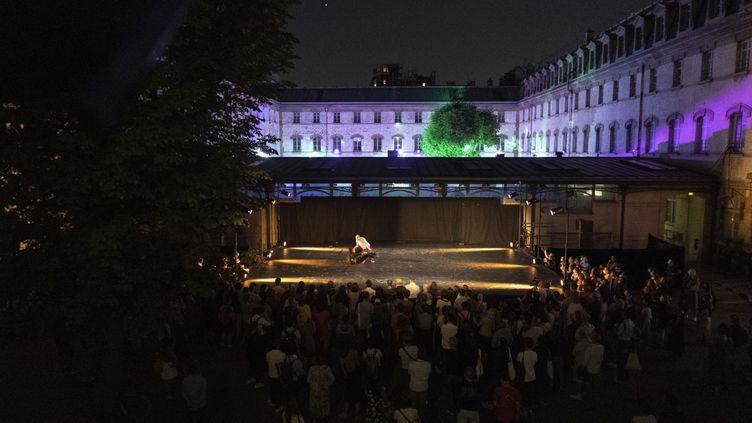 Pour l'ouverture du festival Paris l'Été, le danseur de l'opéra de Paris François Alu a proposé quatres courtes histoires dansées sur la scène du lycée Decour . (Gestuelle)