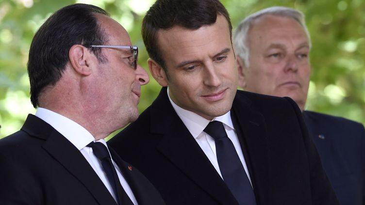 François Hollande et Emmanuel Macron, dans les Jardins du Luxembourg (Paris), le 10 mai 2017. (ERIC FEFERBERG / POOL)