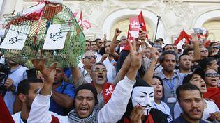 Des manifestants réclament le départ du gouvernement à Tunis (Tunisie), le 23 octobre 2013. (ANIS MILI / REUTERS)