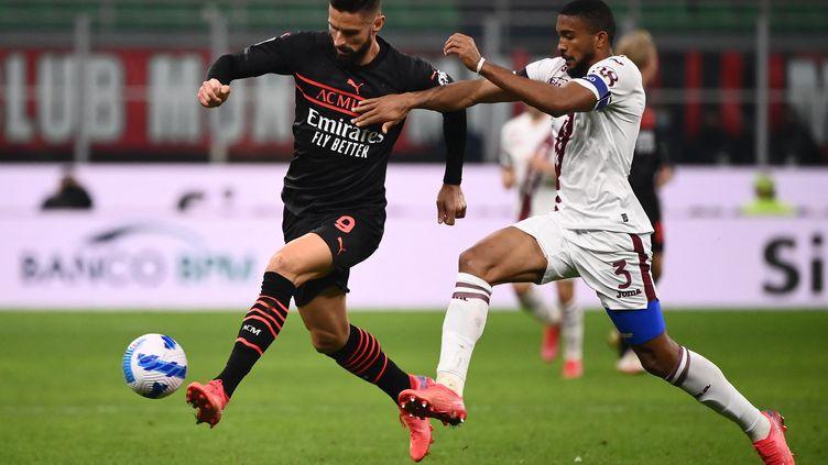 Ici à la lutte avec Gleison Bremer, Olivier Giroud a inscrit l'unique but de la rencontre face au Torino, le mardi 26 octobre 2021. (MARCO BERTORELLO / AFP)
